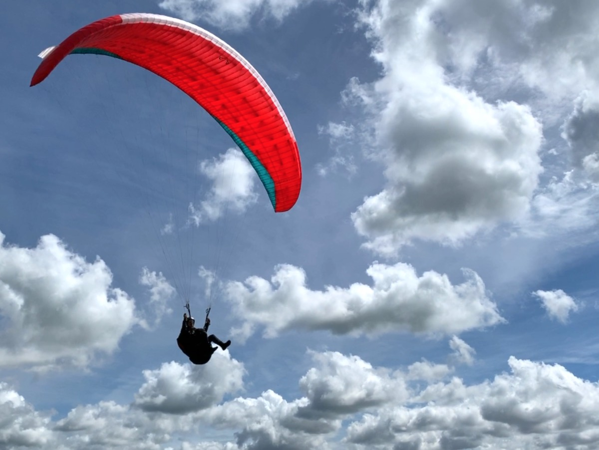 Low-flying paraglider